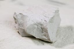 国産のモンモリロナイトを原料から仕入れることができます。